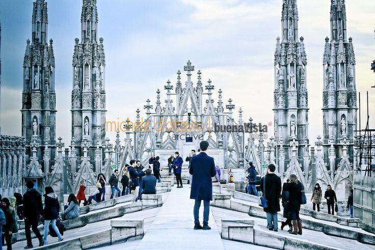 Turisti sulla terrazza del Duomo al calar della sera.