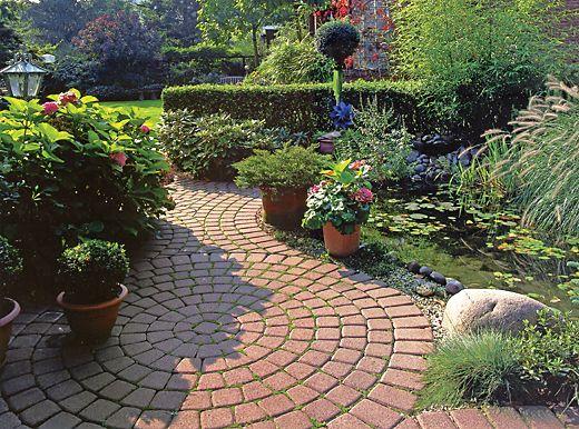 Virágos kert - Ösvény a hortenziák között - kert, ösvény, virág, hortenzia, térkő, pihenő, kerti tó, romantikus - Otthonteremto.hu