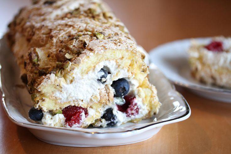 Marengskaker er blant de aller mest populære kakene i mai! Marengskaker er vakre å se på, ikke for mektige og veldig fine å kombinere med luftig fløtekrem og friske bær. Dette er en nydelig rullekake laget med vaniljemarengs, som er en stor favoritt hos meg.   Hemmeligheten er bruk av vaniljekrempulver som vendes inn i marengsen. Vaniljekrempulveret gir ikke bare veldig god vaniljesmak - pulveret gjør også at marengsbunnen beholder en myk konsistens og at den blir stabil nok til at den lett…