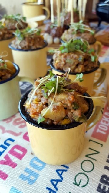 Kerkbasaar Curry Mince & Rice in Mini Enamel Cups