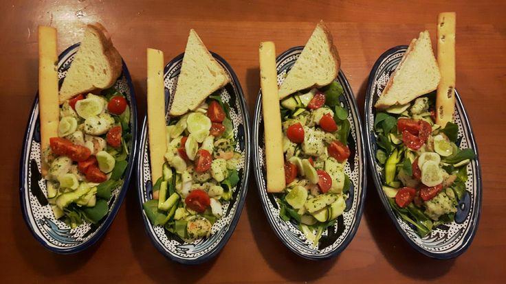 Soncino, bocconcini di pangasio, gamberetti, pomodorini, cetrioli bianchi, zucchine, grissino alle olive, toast con salmone e taleggio