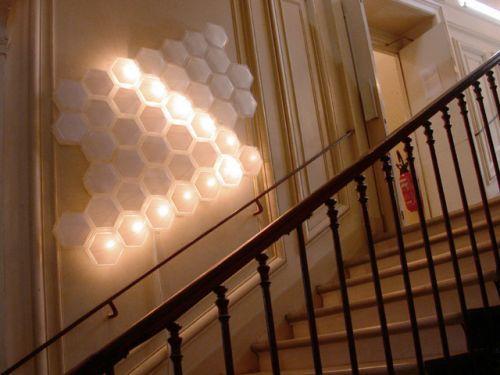 Light brix, un concept de mur intéractif  Hehe nous propose donc des blocs de lumière qui peuvent être interactif avec les habitats du lieu ou de la maison. En fonction de vos envies vous pouvez décider d'illuminer tel ou tel bloc de lumière simplement en le touchant. L'intérêt donc de de transformer votre mur en oeuvre éphémère et originale.