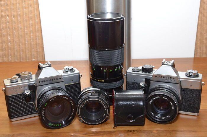 2 Praktica Super TL camera's de 2 en de 3 met 4 objectieven en tele converter uit '70 er jaren.  De TL2 werd gemaakt van 1975 tot 1978 en was de opvolger van Super TL en heeft dezelfde specificaties met mechanische spleetsluiter met tijden van 1 tot 1/500 B. Er werden er 15.000 van gemaakt. TTL lichtmeting meter slaat uit. Beide hebben de m42 lensmount.De TL3 werd gemaakt van 1978 tot 1980 en heeft diverse verbeteringen zoals een nieuw ontworpen zoeker met fresnel lens in combinatie met…