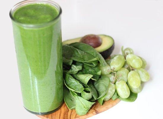 Sød spinat smoothie med avokado og vindruer