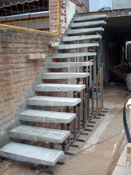 Fotografía de Escaleras especiales por Diseño Construccion y Remodelacion Campos #1942. Escaleras empotradas en muro