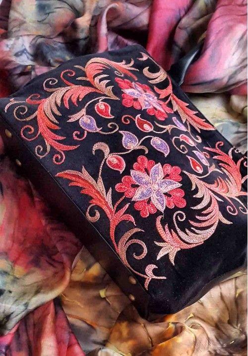 Дизайнерская сумка бохо ручной работы с орнаментом.  Кожаная сумка с ручной тамбурной вышивкой шелковыми нитками по винтажному бархату. Красный шелковый подклад внутри и кармашки для мелочей. Цвет: черный. Высота - 20 см, ширина - 30 см. КУПИТЬ В http://dotupbutik.ru  #Bags #Leather bags #Designer bags #сумки #кожаныесумки #дизайнерскиесумки
