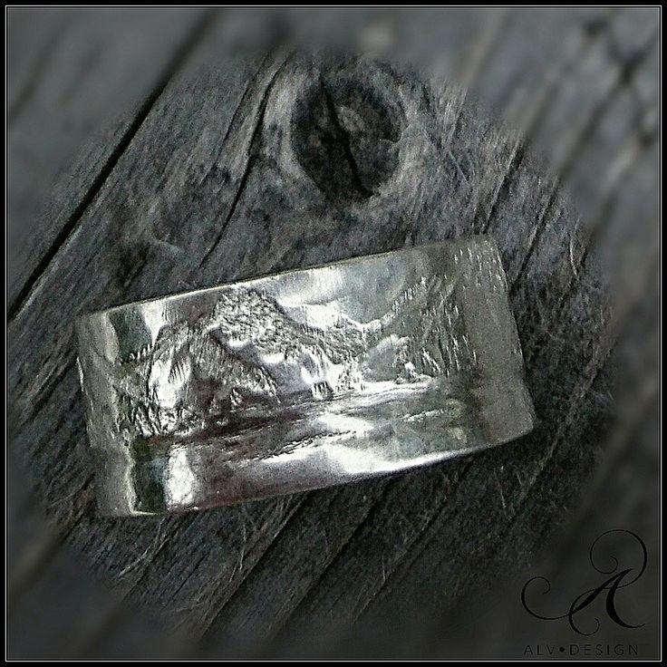 På förfrågan skulpterade/handarbetade jag denna silverring till paret som förlovade sig på fjället i Idre. Ett av de roligaste, att tolka ✨ Design och arbete av konstnär och silverdesigner Anneli Lindström, Alv Design. Välkommen att se mer i webbutiken www.alvdesign.se Vill du beställa din speciella överraskning eller tolkning i silverring? Maila mig en förfrågan: info@alvdesign.se