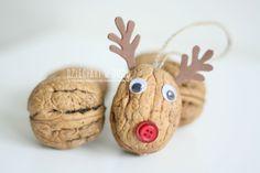 Walnut reindeer ornament craft for kids / Renifery z orzechów - pomysł na ozdobę choinkową dla dzieci