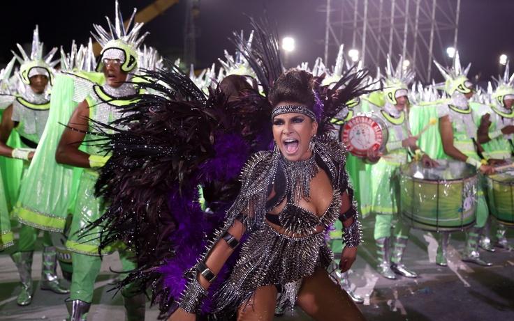 Aline Oliveira é a rainha da bateria da Mocidade Alegre pelo segundo ano