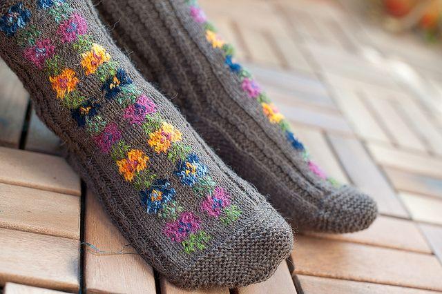 Knitting Intarsia : Intarsia flower by puputossu free knitting pattern
