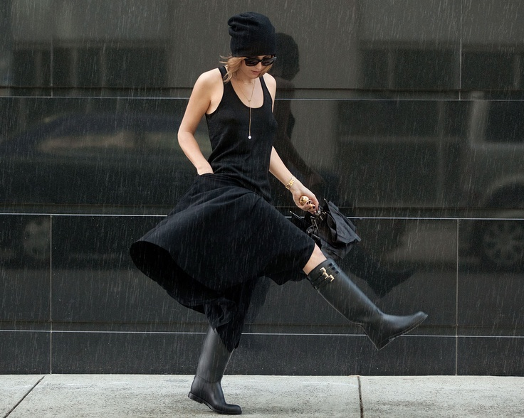 Kelly Framel shows us how to investment dress today.  Catbird beanie, Tibi tank top, Y's by Yohji Yamamoto skirt, Alexander McQueen umbrella and Burberry boots....agh perfect black outfit for a rainy day!