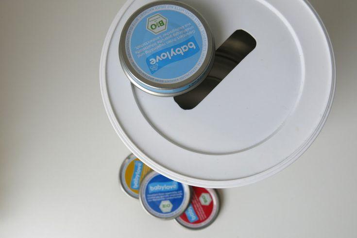 Spielzeug zum Einstecken aus einer alten Milchpulver- oder Kaffeepulver-Dose. Einfaches DIY, großer Spaß für's Kind. Einfach Deckel mit einer bestimmten Form einschneiden, Babygläschen-Deckel sammeln und los geht's...