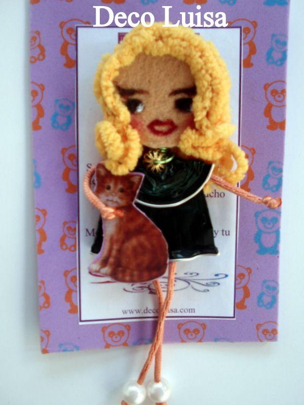 Broche de muñeca Georgina personalizado. Estas muñecas están hechas con cápsulas de nespresso y fieltro. Se hacen por encargo. Ideales como detalles de invitadas en cualguier tipo de evento. Aviso estas muñecas no se pueden copiar, están registradas.