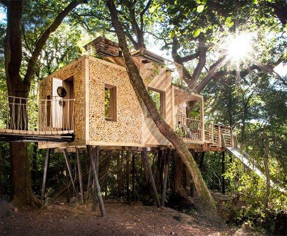 Guy Mallinson Woodland Workshop en collaboration avec Keith Brownlie de BEaM ont conçu The Woodman's Treehouse, une version familiale de la cabane