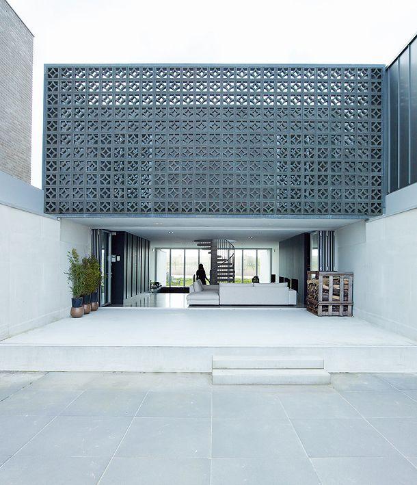 Minimalista + Celosía + Azul + Blanco / Vía: http://www.interioresminimalistas.com/2013/03/27/una-vivienda-en-comunion-con-su-espacio-exterior-por-vmx-architects/?utm_medium=referral&utm_source=pulsenews