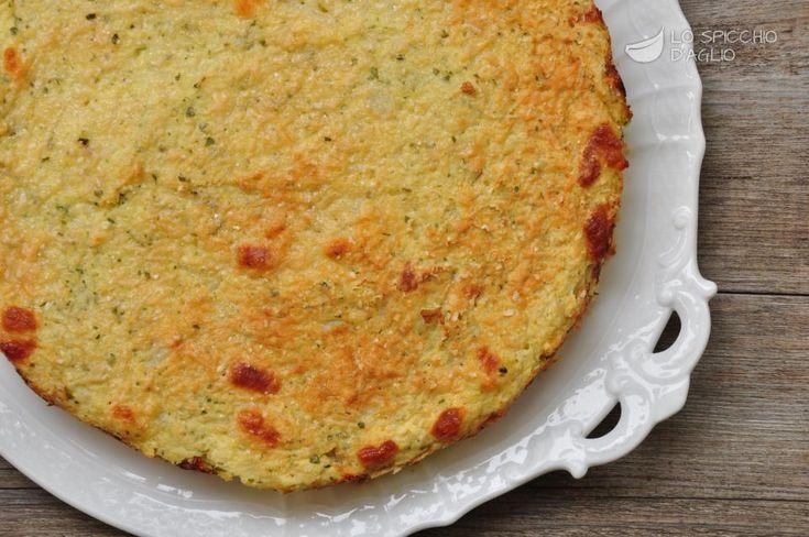 La torta salata patate e cavolfiore è un tortino a base di patate schiacciate e cimette di cavolfiore, aromatizzato con formaggio affumicato e gratinato con il Parmigiano. E' ottimo appena preparato, ma anche tiepido. Se avanza si tiene per un paio di giorni e può essere riscaldato, anche a fette.