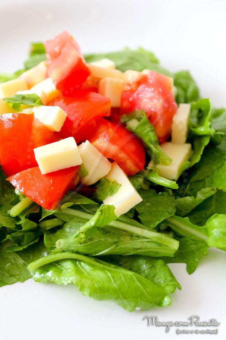 Salada de Rúcula com Tomate e Queijo {Receitas do Bem}. Para ver a receita clique na imagem para ir ao Manga com Pimenta.
