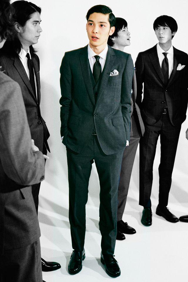 <結婚式 服装 男性 列席者スタイル> 深いグレーで大人っぽい印象