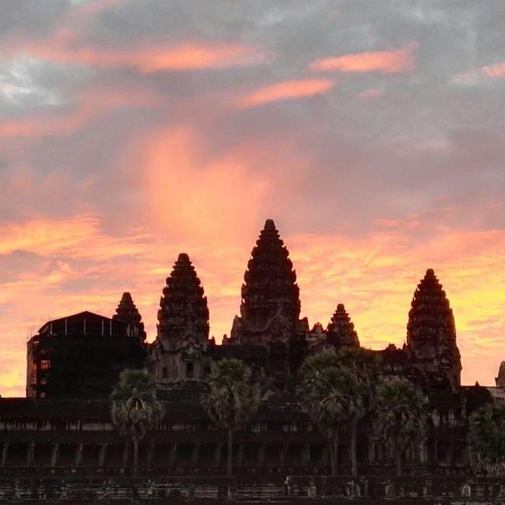 El sol al amanecer descubriendo los Templos de Ankgor, todo un espectáculo! Este lugar de templos y ruinas, de historia y misterio nos envolvio con su belleza!!! #siemreap #cambodia #sea #asia #ankgorwat #viajes #travel #travelphotography #vivirtrabajarviajar
