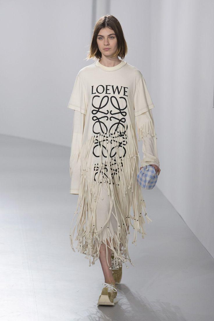 Loewe Spring 2018 Ready-to-Wear  Fashion Show - Milena Litvinovskaya