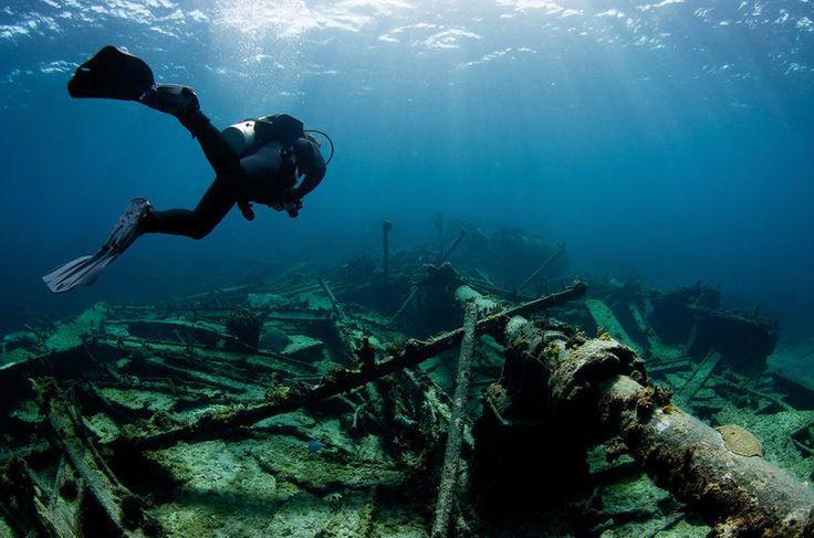 """Bahamas São mais de 700 ilhas e duas mil ilhotas em águas caribenhas onde o sol brilha o ano inteiro, que atraem turistas interessados em naufrágios e na fauna subaquática. O mar azul turquesa tem visibilidade de cerca de 70 metros. New Providence é um dos principais destinos para mergulho, localizada sobre cavernas, """"blue holes"""", e um abismo submarino."""