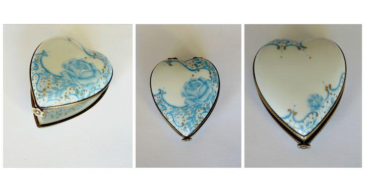 Baguier en porcelaine de Limoges sertie main. Rose bleue et or fin sur relief