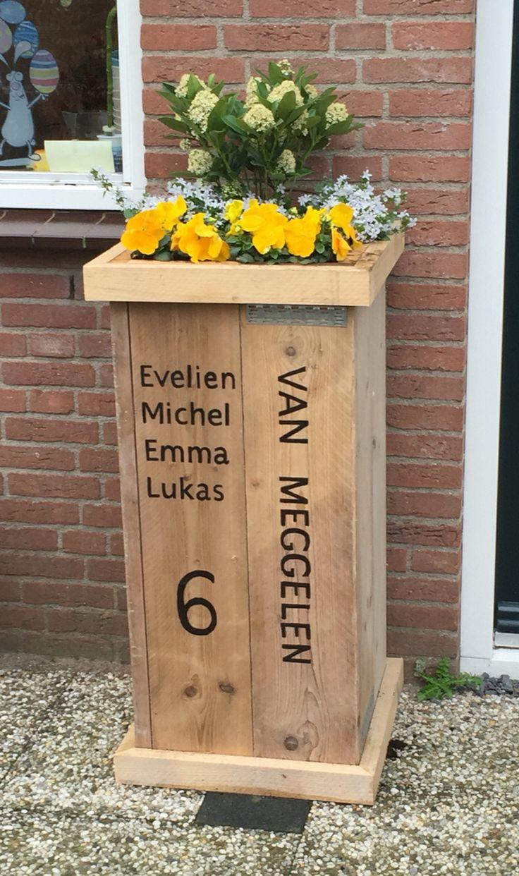 Steigerhouten plantenbak met naam en huisnummer van gebruikt steigerhout.