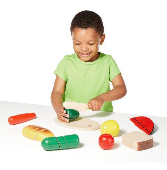 """Houten snijplank met verschillende soorten etenswaar van Melissa and doug. De set bestaat uit een houten snijplank, mes en 8 verschillende soorten fruit, groente en brood. Tijdens het snijden hoor je echt """"snij""""geluiden doordat elk stukje is voorzien van klittenband."""