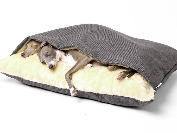 Charley Chau dog snuggle bed, ideaal voor honden die graag onder de dekens kruipen.