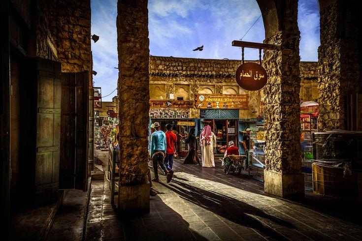 Situé dans le quartier de Mushayrib, le Souq Waqif est l'un des centres névralgiques de Doha. Datant des années 1950, il a totalement été rénové à l'image des bâtiments d'origine avec des techniques et des matériaux traditionnels. Le bois et le bambou ont été importés d'Asie. Durant les heures chaudes, on y croise peu de monde mais une fois la nuit tombée, les rues se remplissent de promeneurs locaux et étranger.