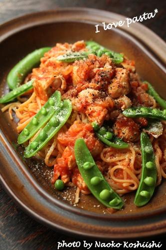 鶏肉とスナップエンドウのトマトソースパスタ