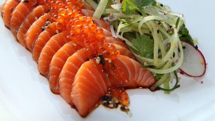 Sashimi av laks med soya, lime og sesam. Imponerende, godt, enkelt, sunt, sexy og lekkert er Lise Finckenhagens beskrivelse.