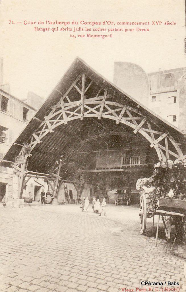 Cour de l'auberge du Compas d'Or, commencement du XVIe siècle - Hangar qui abrita les coches partant pour Dreux - 64 rue Montorgueil, Paris 2ème, vers 1900