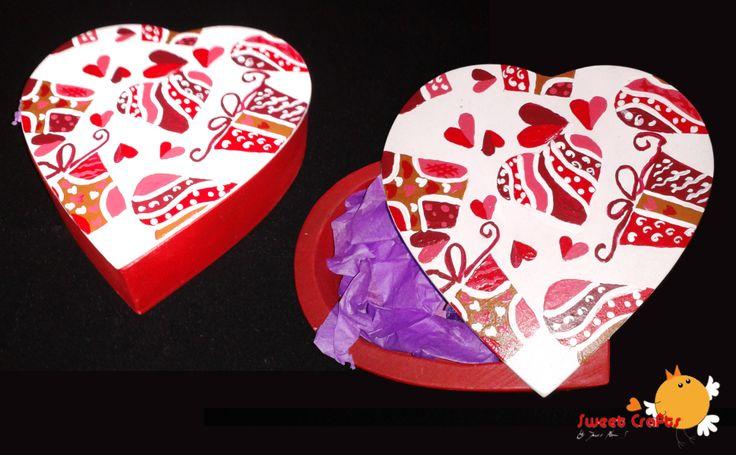 Caja corazones y chocolates Preciosa caja de madera en forma de corazón decorada con imágenes de regalos y corazones, perfecta para obsequiar en este mes del Amor y la Amistad. La caja incluye chocolates kisses de Hershey´s. #valentine #vday #pinturacountry #ILoveSweetCrafts Técnica: Acrílico sobre madera