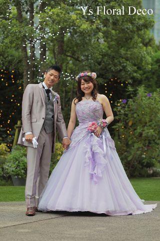 こちらのおふたりのお色直しのときのご様子です。お色直しには淡いトーンのパープルのドレスにお召し替え。白ドレスから、淡い優しい色合のドレスにゆるめのウェーブ...