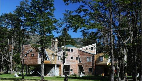 Patagonia Bay Lodge Aysen - Chile  En este enclave natural de extraordinaria belleza con un inmenso territorio virgen de 108.000 Km2,  entre la cordillera de los Andes y el océano Pacífico, se encuentra la estancia , a orillas del lago General Carrera  en Murta Viejo.Se llega desde el aeropuerto de Balmaceda -disfrutando de un viaje mágico-  a través de la  mítica Carretera Austral.