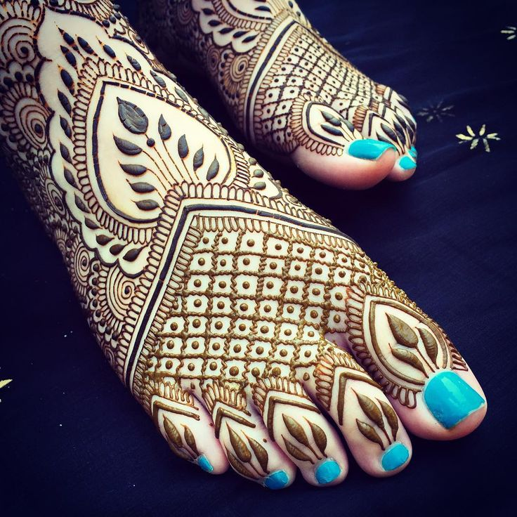 """""""#Nantucket feet! I'll be set up on Friday from 1-4 for drop in #henna at @townpool, be sure to come by before I hop back to #MarthasVineyard on Saturday!…"""""""
