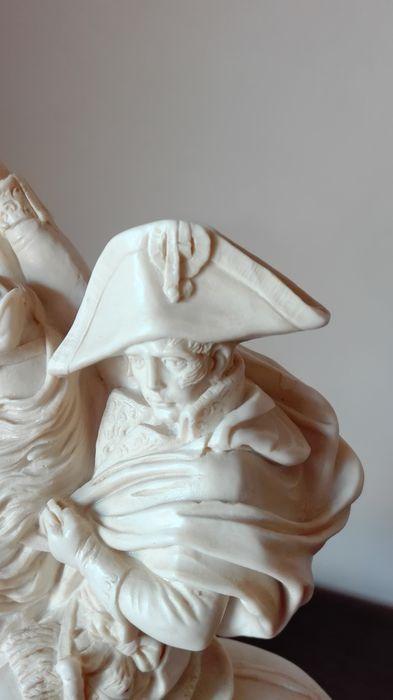 """A. Santini gesigneerd - prachtige beeld in resin van Napoleon Bonapart - Italië - 2e helft 20e eeuw  Deze toscaanse kunstenaar bracht de """"renaissance"""" in de 20e eeuw terug tot leven met zijn """"manierisme"""" beelden. Gedetailleerde sculptuurwerk van haartooi ledematen enz levert """"kunst"""" af. Hij leefde van 1910 tot 1975 waardoor zijn meeste werken midden 20ste eeuws zijn. Hier heeft men een perfect en gesigneerd werk van Napoleon Bonaparte gepolijste composiet marmer of resin (gemalen carrara…"""