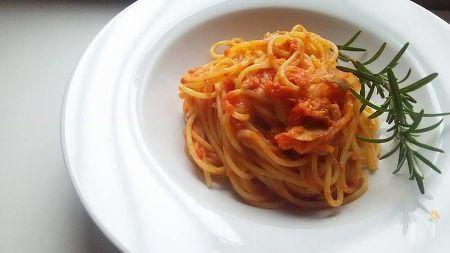 ローズマリーとツナ缶とトマト缶で作るパスタです。体を温めるハーブ(ローズマリー)と熱を加えたトマトで冷え症の方にオススメのパスタにかわります。ローズマリーはツナやトマトとの相性がいいです。