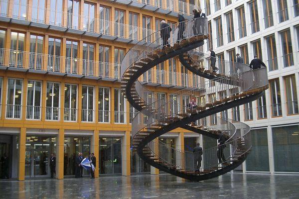 Escada dupla, Munique, Alemanha. Feita de aço, essa escadaria de dupla hélice fica localizada na KPMG, uma empresa local de Auditorias.