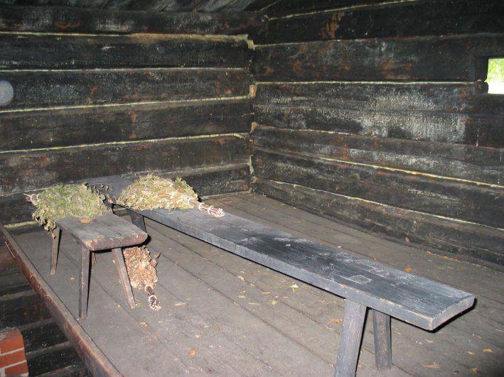 Savusauna on tuotu Lapista Rohdaisten kylästä, jossa se on toiminut Luhdanperän torpan saunana jo 1800-luvulla. Museoalueelle sauna siirrettiin 1984.
