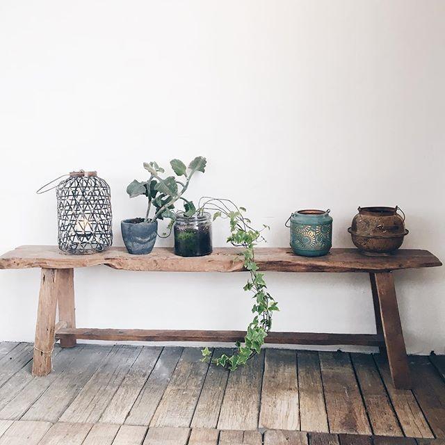 Hi there! Leuke foto ontvangen met het oud houten bankje gebruikt als accessoire...Voor interesse mail naar ibizaoutdood@gmail.com ook voor een afspraak in de loods. See You! #benches #interiordesign #decoration #bedroom #livingroom #goodnight