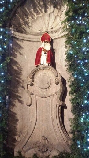 Y el Manekken Pis vestido de San Nicolás en la Navidad de Bruselas #Xmasmarkets