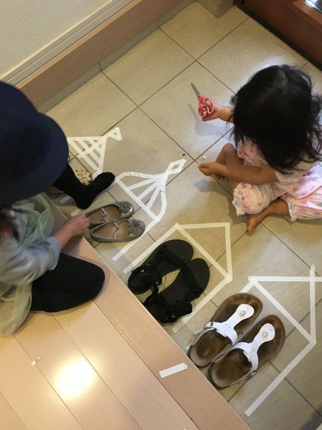 楽しく靴を揃えれるように、靴置き場を作っていると、朝から子供達が参戦。姉妹が思い思いの家を作ってくれました。マスキングテープは失敗しても何度でも剥がせるから子供と一緒に楽しめます。