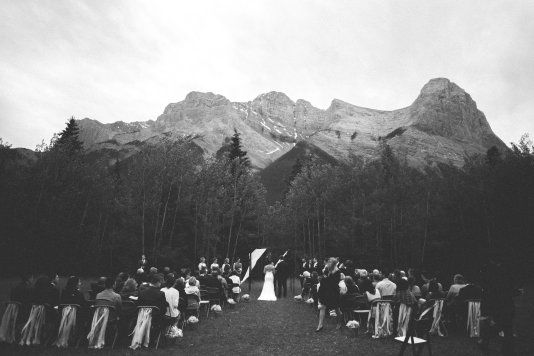 STUNNING NAVY, GREY AND BLUSH CANMORE WEDDING:http://www.styleinspiredweddings.com/2016/07/08/stunning-navy-grey-blush-canmore-wedding/ Photography: Riana Lisbeth - http://www.rianalisbethphotography.com/