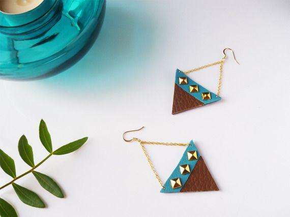 Boucles d'oreilles triangles pendantes graphiques cuir recyclé - marron turquoise - chaine plaqué or par Adorness