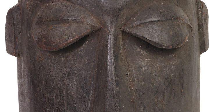 Como fazer máscaras africanas. Na cultura africana existem várias máscaras diferentes que são usadas como parte de cerimônias ritualísticas e para esconder caçadores. Essas máscaras se tornaram um símbolo dos trajes africanos. São quase sempre bem grandes e lembram rostos com características distorcidas. Faça sua própria máscara africana para uma festa a fantasia ou como um ...