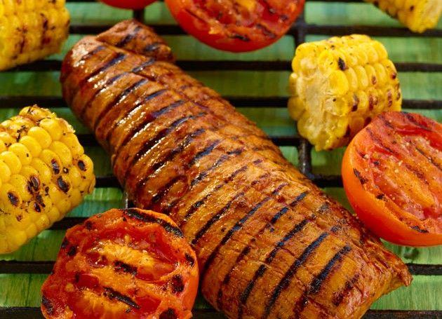 svinefilet med mais, tomat og tzatziki på grillen
