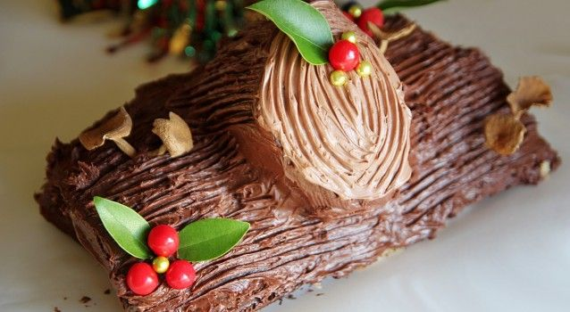 """Μια συνταγή της Χρ. Παραδείση με υπέροχη κρέμα για ένα υπέροχο Σοκολατένιο Χριστουγεννιάτικο """"Κορμό"""". Μια συνταγή, λίγο μπελαλίδικη στη παρασκευή της αλλά που τελικά θα σας ενθουσιάσει με τη γεύση και την εμφάνισή της. Υλικά συνταγής"""