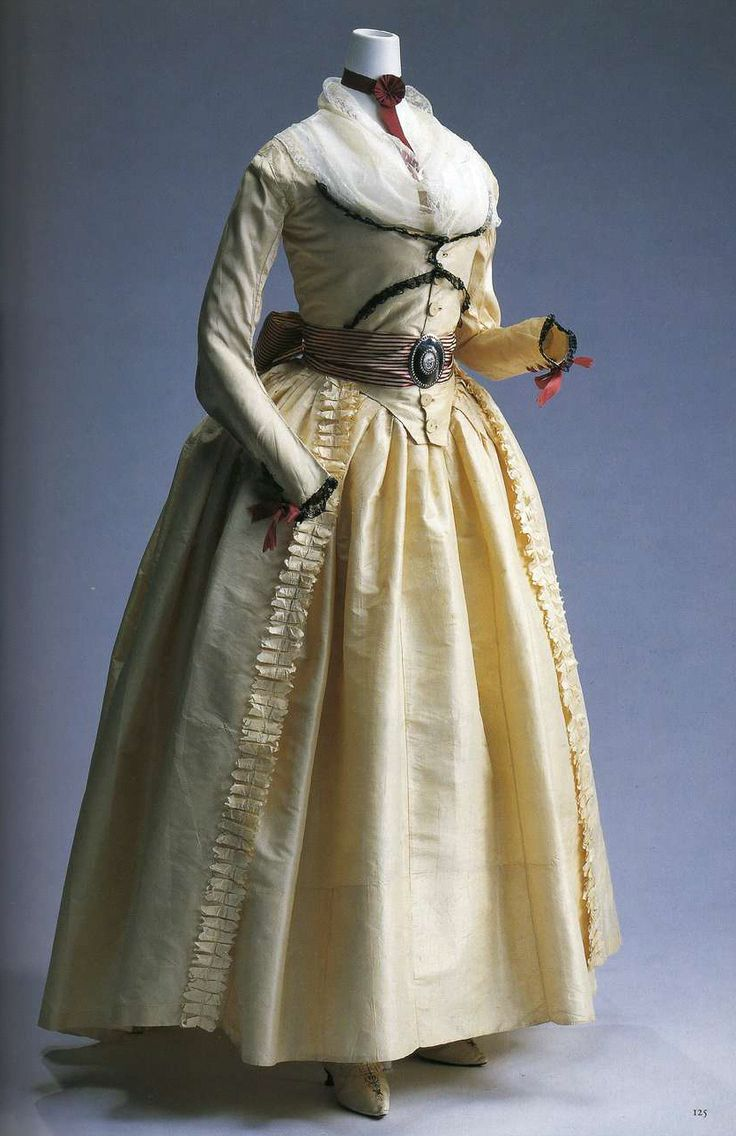 Платье (robe a l'anglaise). Около 1790, Англия. Кремовая шелковая тафта, юбка из той же ткани, спереди двухслойный comperes с пуговицами, отделка из черного кружева спереди корсажа и на манжетах, шнуровка из лент цвета красного вина на манжетах, фишю на шее.